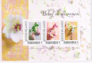 Nederland 2012 Beleef de seizoenen Postset Lente Velletje met 3 verschillende zegels incl. 3 ansichtkaarten.